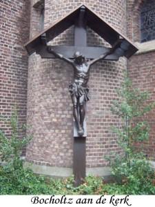 02 Wegkruis Bocholtz aan de kerk